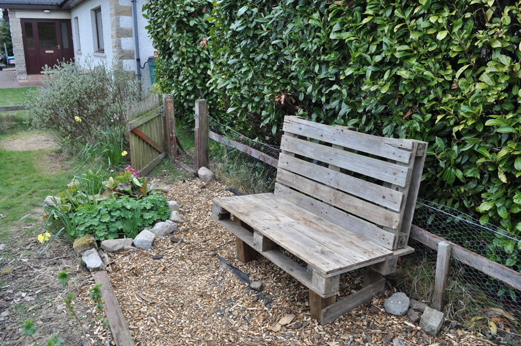 garden bench made from pallets 2